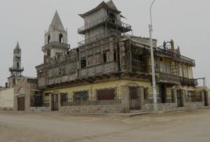 """Punta Negra tendría el castillo más exótico del Perú.  En la antigua Panamericana Sur, en el balneario de Punta Negra se exhibe en su máxima expresión el Castillo Melgar. Un castillo bastante peculiar y cuyo dueño también lo es. Es decir que hay una parte de Lima en este castillo, por lo que se le considera """"El Frankenstein de los Castillos"""", el exótico protagonista de los veraneantes."""