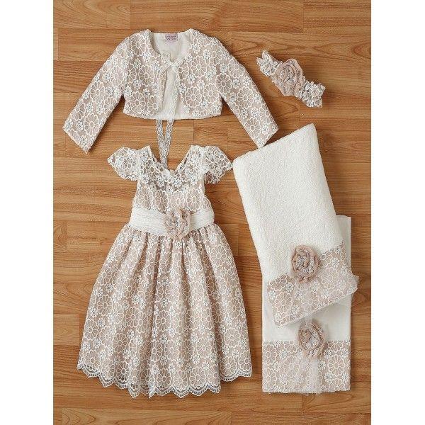 bc8ab3aa76f Βαπτιστικό φόρεμα από δαντέλα με μπολερό και μπαντάνα της New Life  στολισμένο με τούλινη ζώνη και
