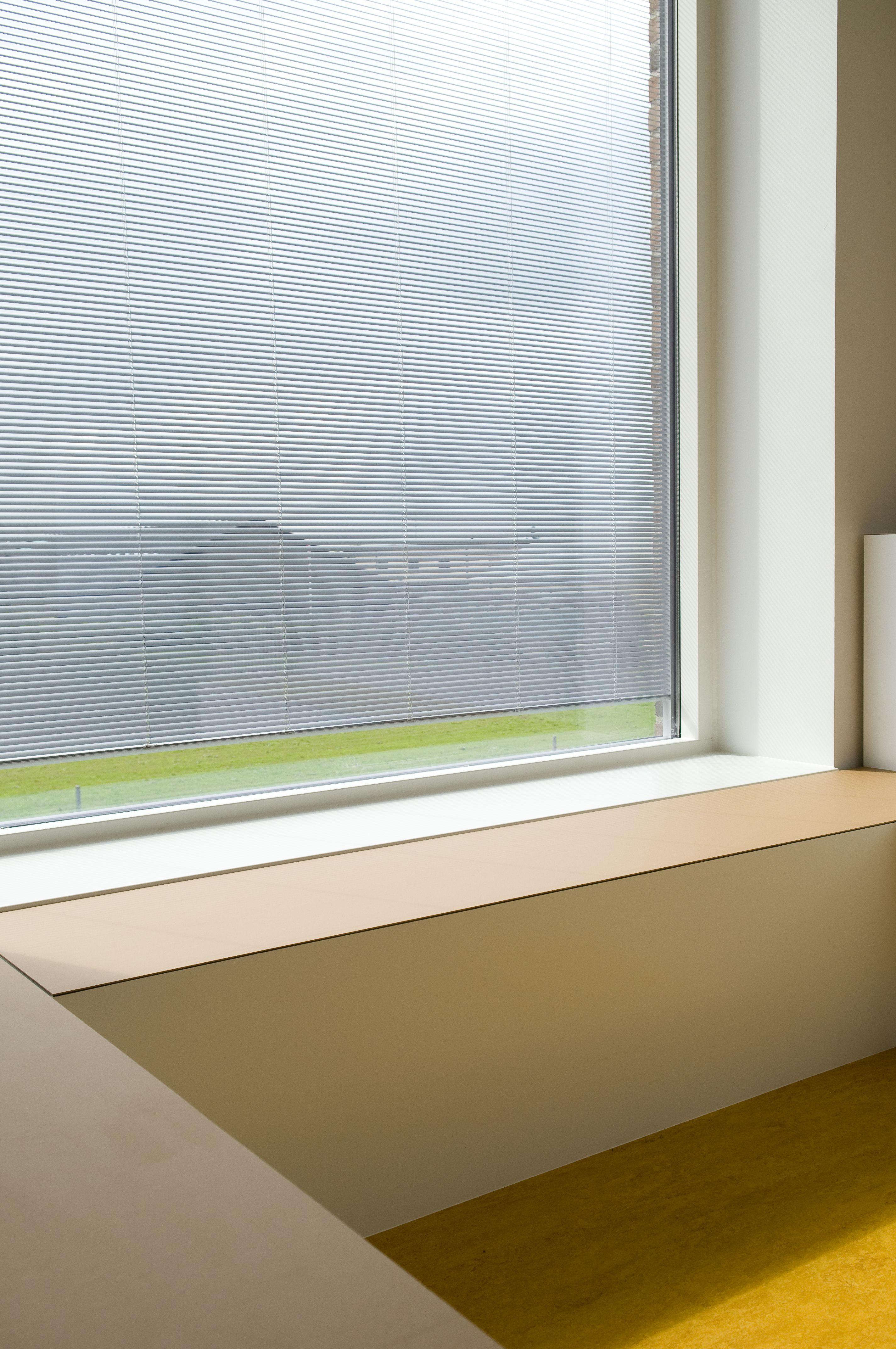 Sundhedshus Pandrup – Friis & Moltke design A/S – architect MAA Mikkel Bahr – window section - #surface - #Desktop  – #Furniture Linoleum – #Forbo – #interior – #interiordesign
