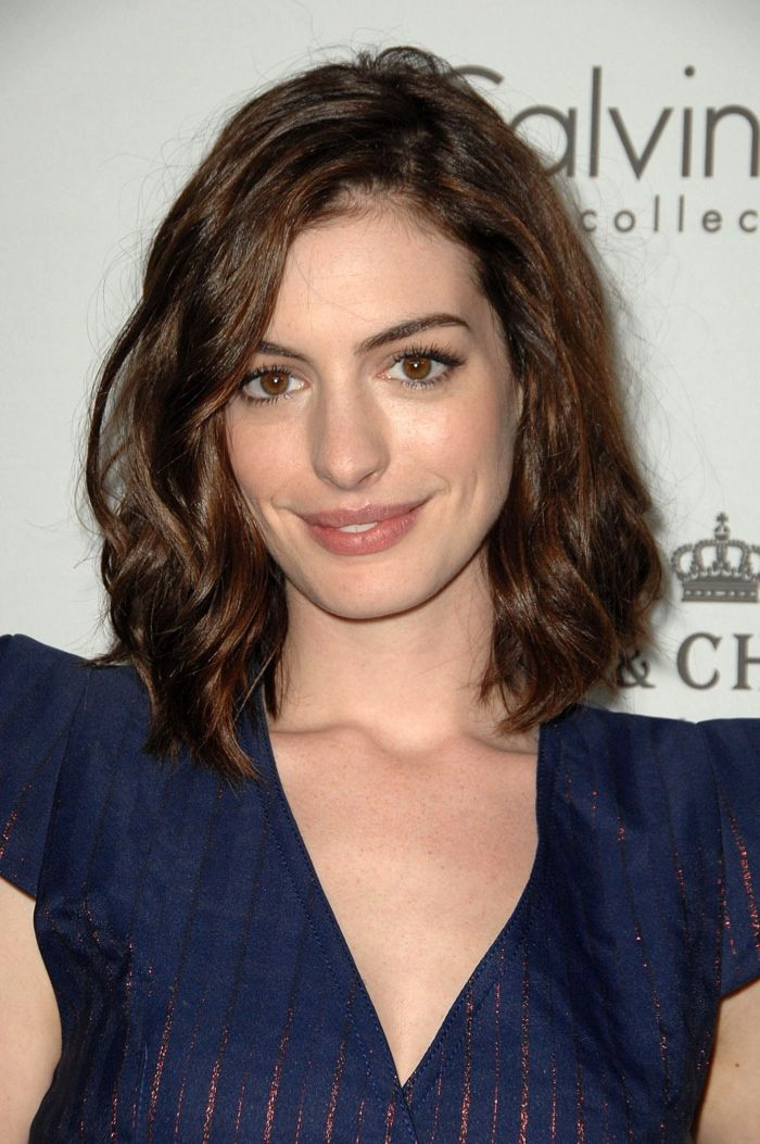 Anne Hathaway S Best Hairstyles From Long To Short Anne Hathaway Haircut Anne Hathaway Hair Long Bob Hairstyles