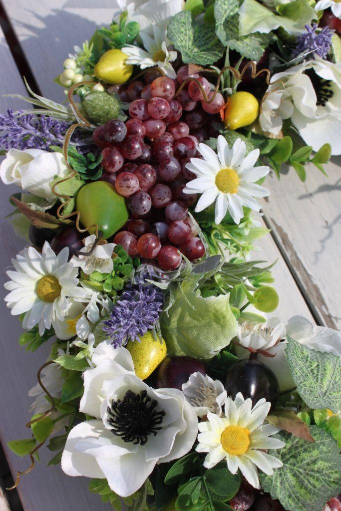 Wianek z owoców i kwiatów z czereśniami, winogronami, lawendą, margaretkami, na drzwi, na ścianę. Dekoracja do domu, ozdoba, dodatek, na prezent.