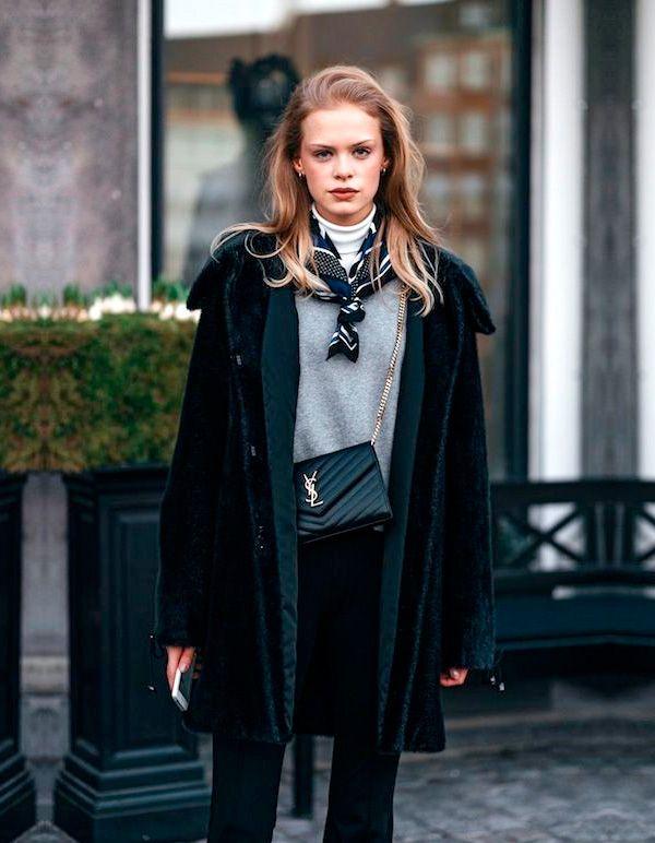 casaco longo com turtleneck e lenço colorido