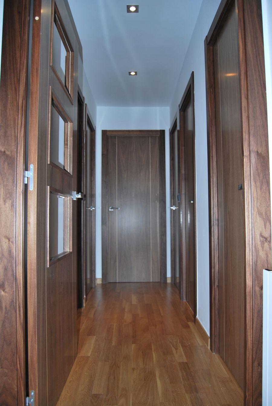 Decoracion contemporaneo pasillo madera puertas for Adornos puertas madera