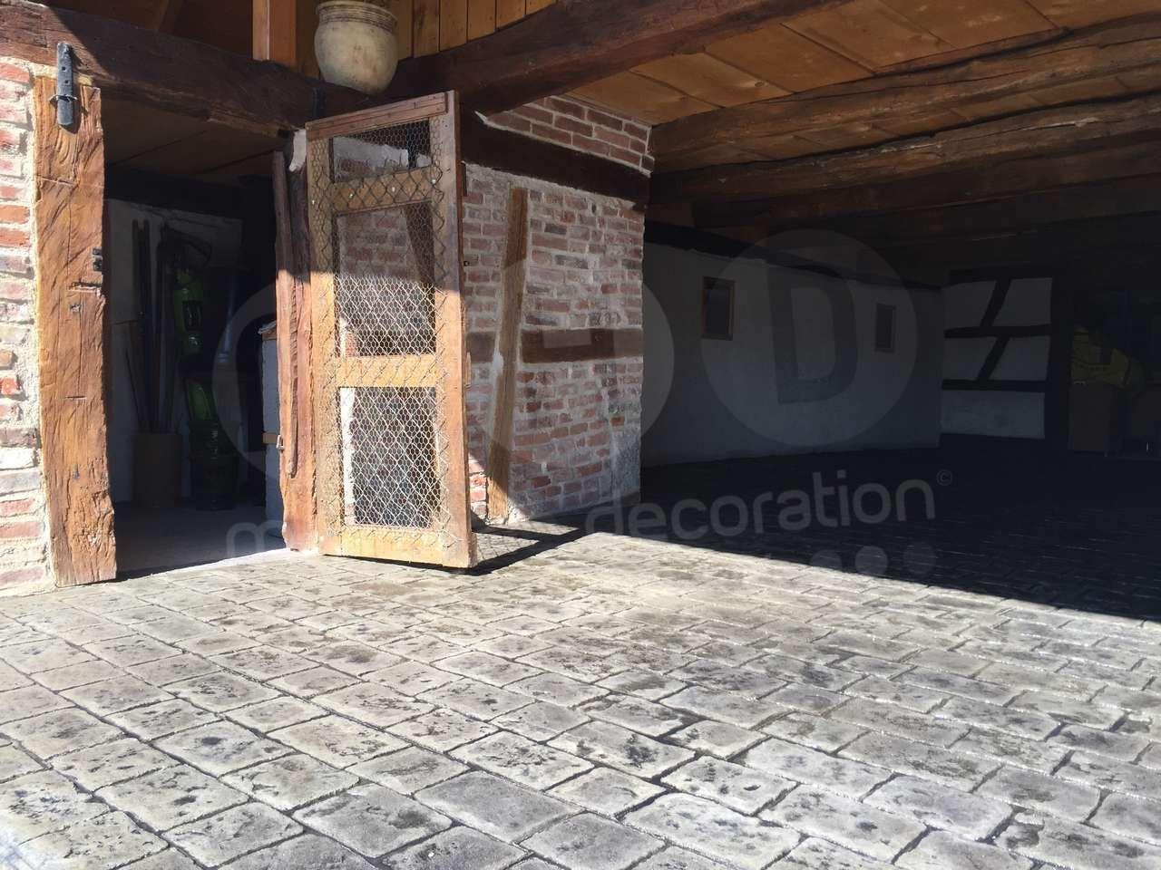 Pour Amenager Votre Grange Voici Une Belle Idee Pour Revetir Votre Sol Un Beau Beton Decoratif Imitations Vieux Paves Real Decoration Beton Beton Pave Beton