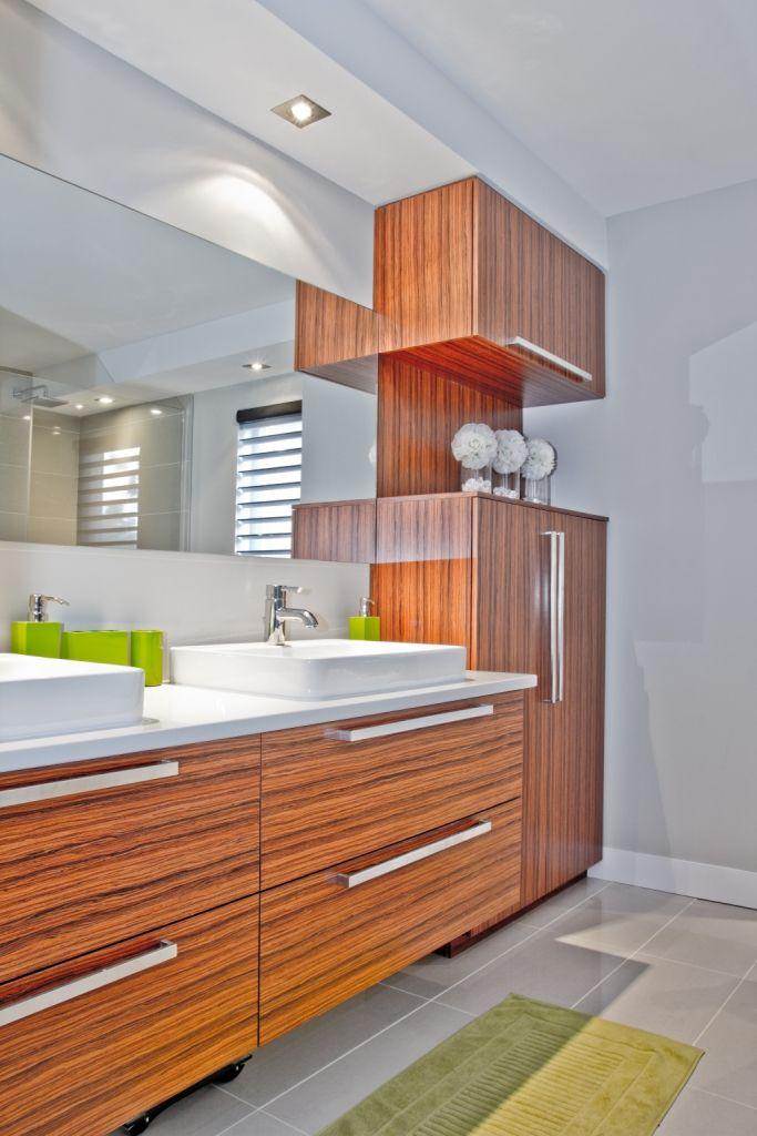 le placage de bois exotique rosewood des armoires de cette salle de bains de style panneaux. Black Bedroom Furniture Sets. Home Design Ideas