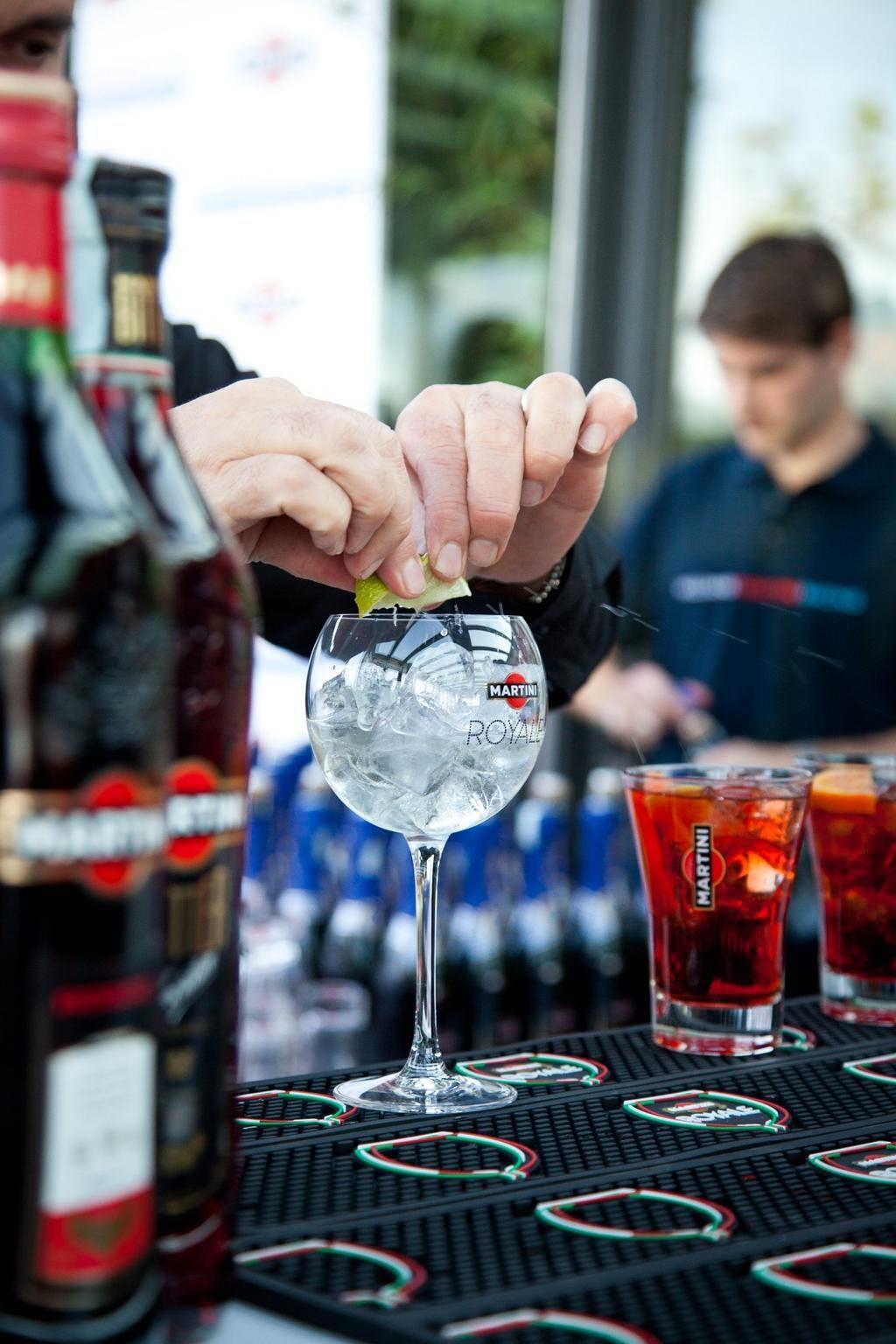 Prova il #MartiniBarLocator e scopri il bar dove gustare un perfetto #MartiniRoyale http://ow.ly/vQazY pic.twitter.com/DfPVyGVo0S