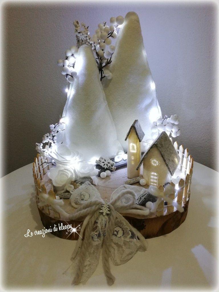 Photo of Villaggio natalizio squallido su base di legno con luci