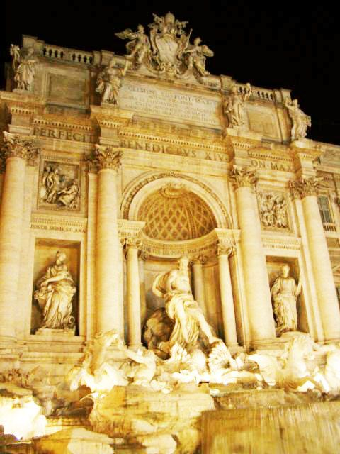 Fontana di Trevi  - o monumento construído em Roma é uma das maiores fontes do mundo.