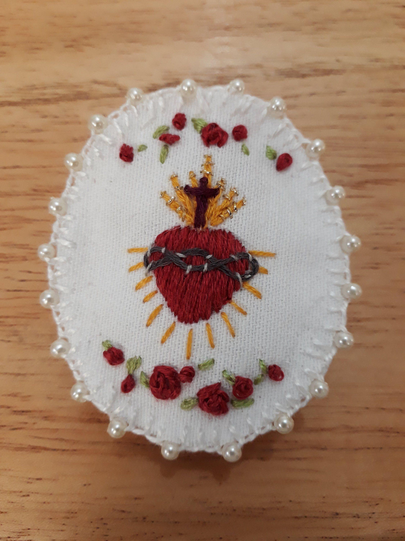 Sagrado Corazón De Jesús Détente Bordado A Mano Etsy Corazones Bordados Bordado Puntos De Bordado Cosidos
