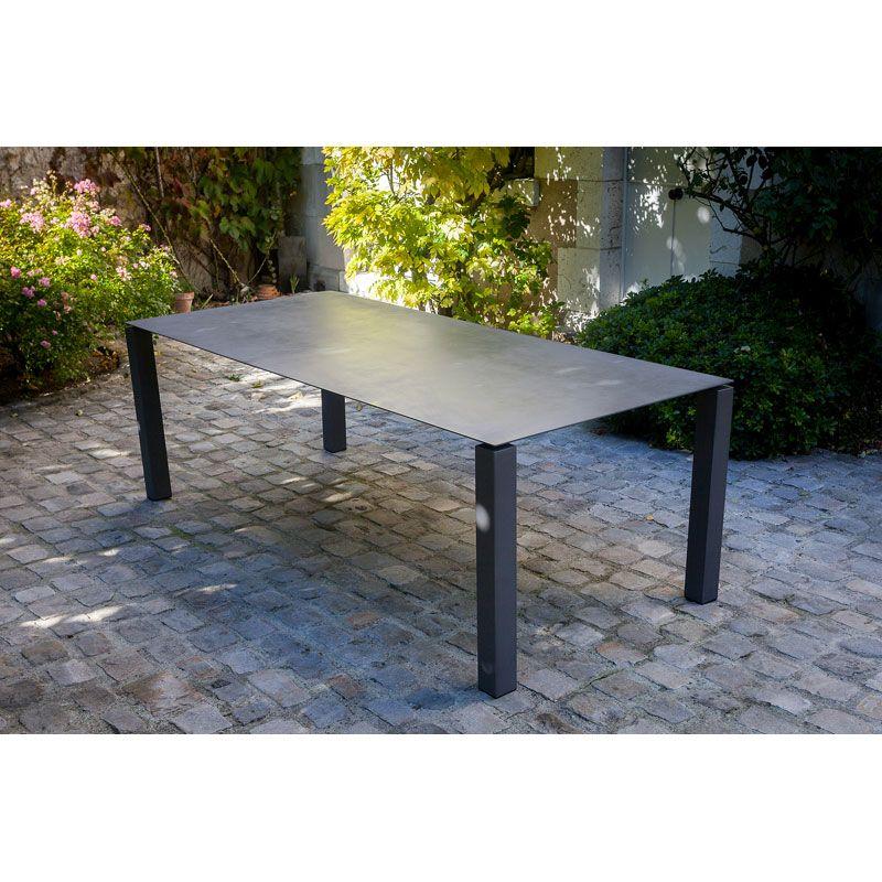 Table basse de jardin, design industriel. Tout acier, moderne et ...