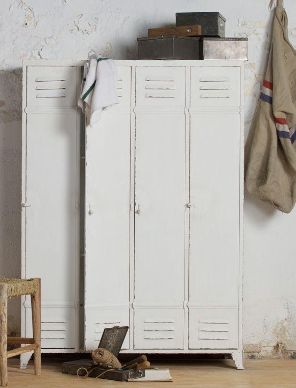 Weißer Spind mit 4 Türen und jeder Menge Industrie Charme - aus ...