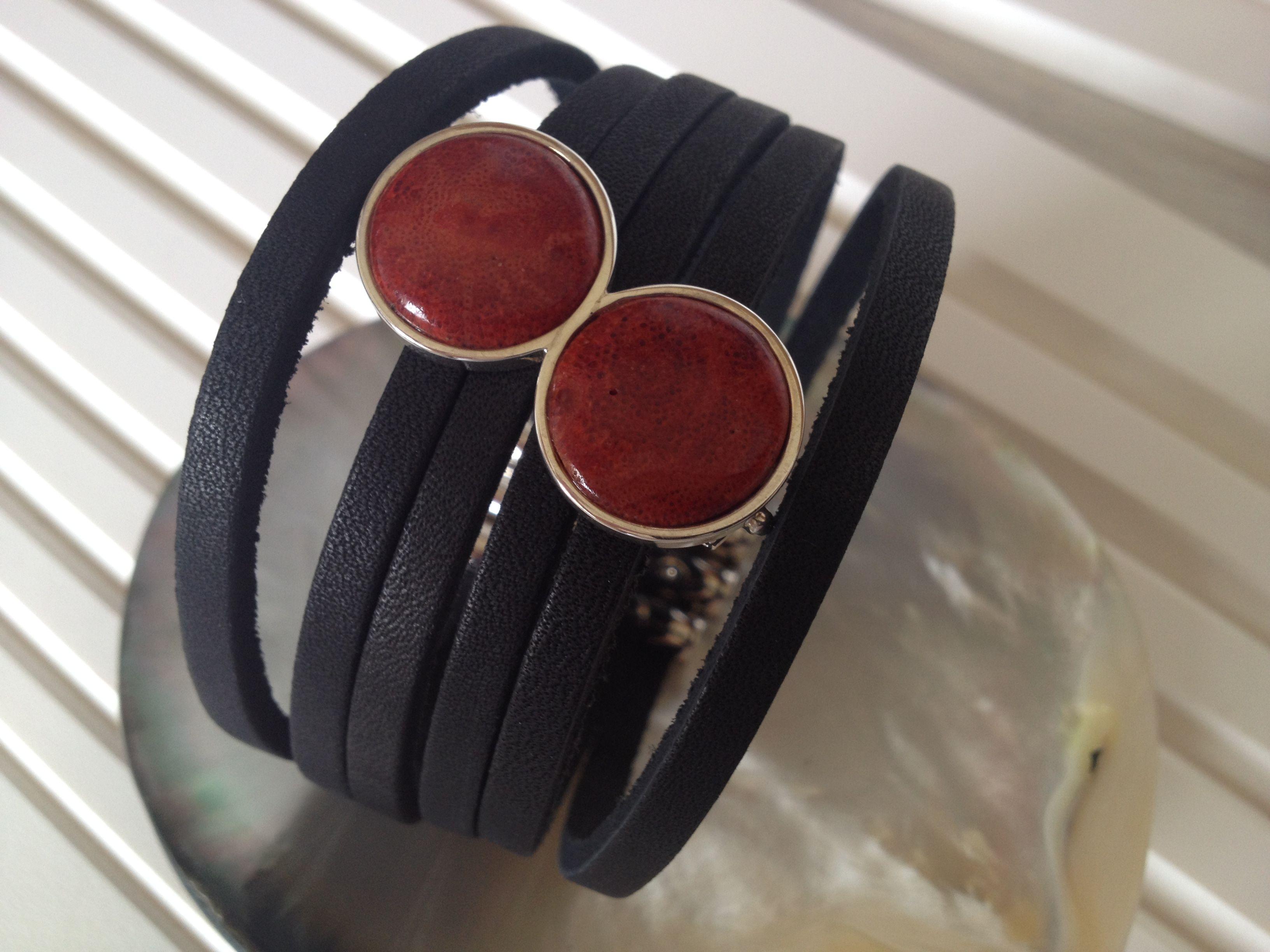 pulseira couro em tiras com coral broche