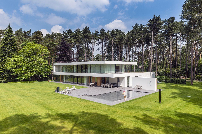 Mooie villa in het groene Schilde, de volledige onderverdieping en bovenverdieping zijn uitgevoerd in Minimal Windows, dit maakt het geheel strak en ultraslank.