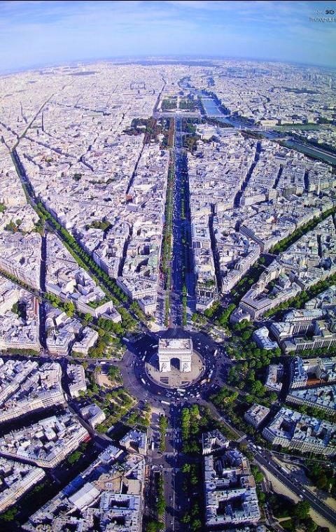 Riemukaari sijaitsee Place Charles de Gaulle -aukiolla, josta lähtee 12 puistokatua säteittäisesti.