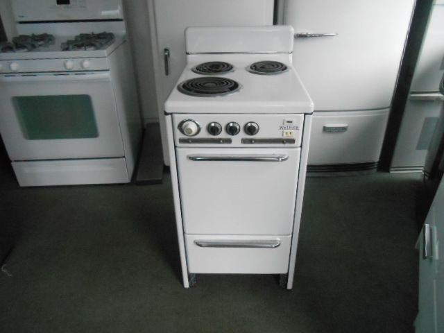 Welbilt Vintage 20 Inch Electric Range 3 Burner 2 Small 1 Large Broiler On The Bottom White With Chrome Handles Chrome Handles Electric Range Electricity