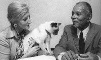 Lesley y Chester Himes con su gato Griot