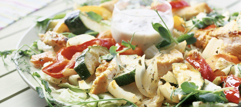 Broileria ja vihanneksia salaattipedillä