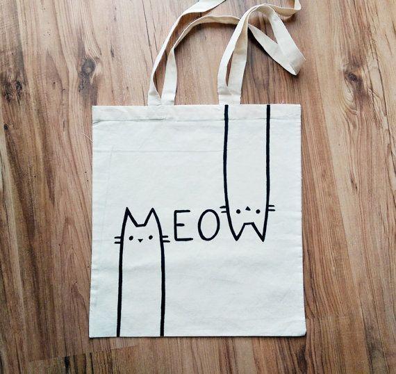 #Stoffbeutel mit zwei Henkeln von Hand bemalt. Weiße Einkaufstasche mit lustigem Print/Druck - schwarze Linien Katzen von miskabags. günstige und praktische #Geschenkidee