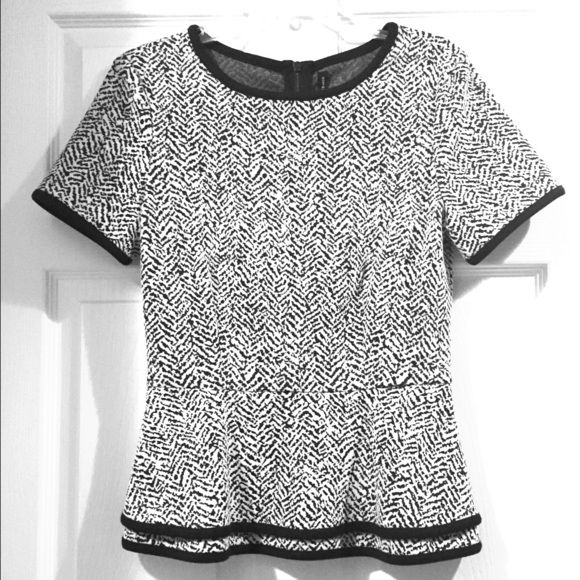 Beautifil shirt  Pretty white and black shirt, 100% polyester  size Small for special ocasión, good contidition :) Tops Tees - Short Sleeve