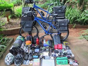 Com a bicicleta, cada um carrega cerca de 50kg em equipamentos (Foto: Arquivo…