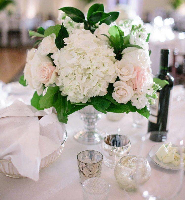 Blumenstrau aus frischen weien Blumen in Glasvase  Wedding Table  Hochzeitsdeko