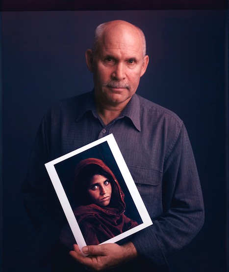 Steve McCurry holds his 1984 photo of a young woman from Peshawar    Steve Mccurry Self Portrait