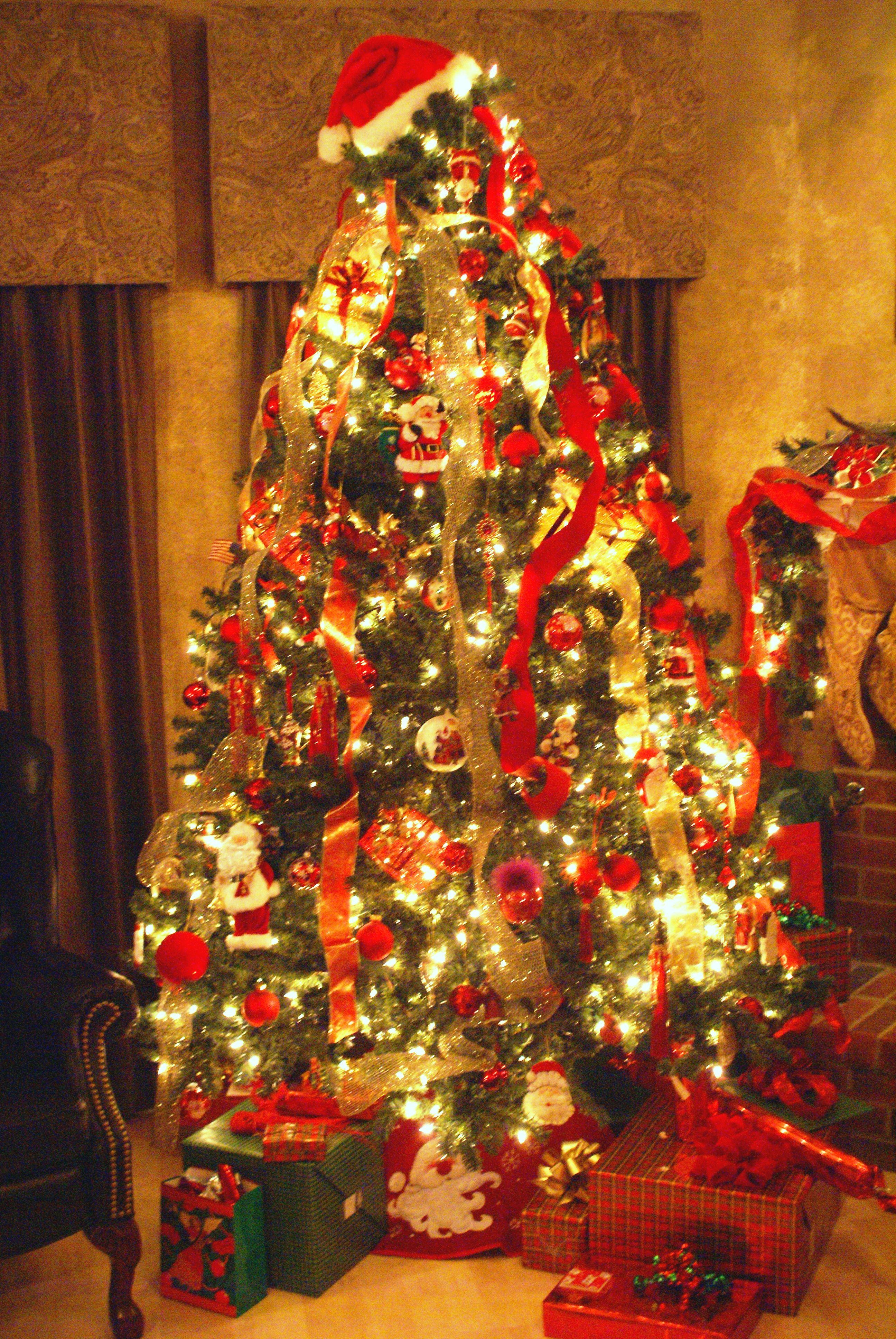 vertical ribbon draping with Santa hat as tree topper