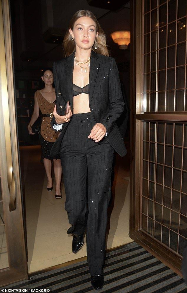 Gigi Hadid montre son soutien-gorge sous un costume sur mesure lors d'une soirée à LFW   – Gigi hadid