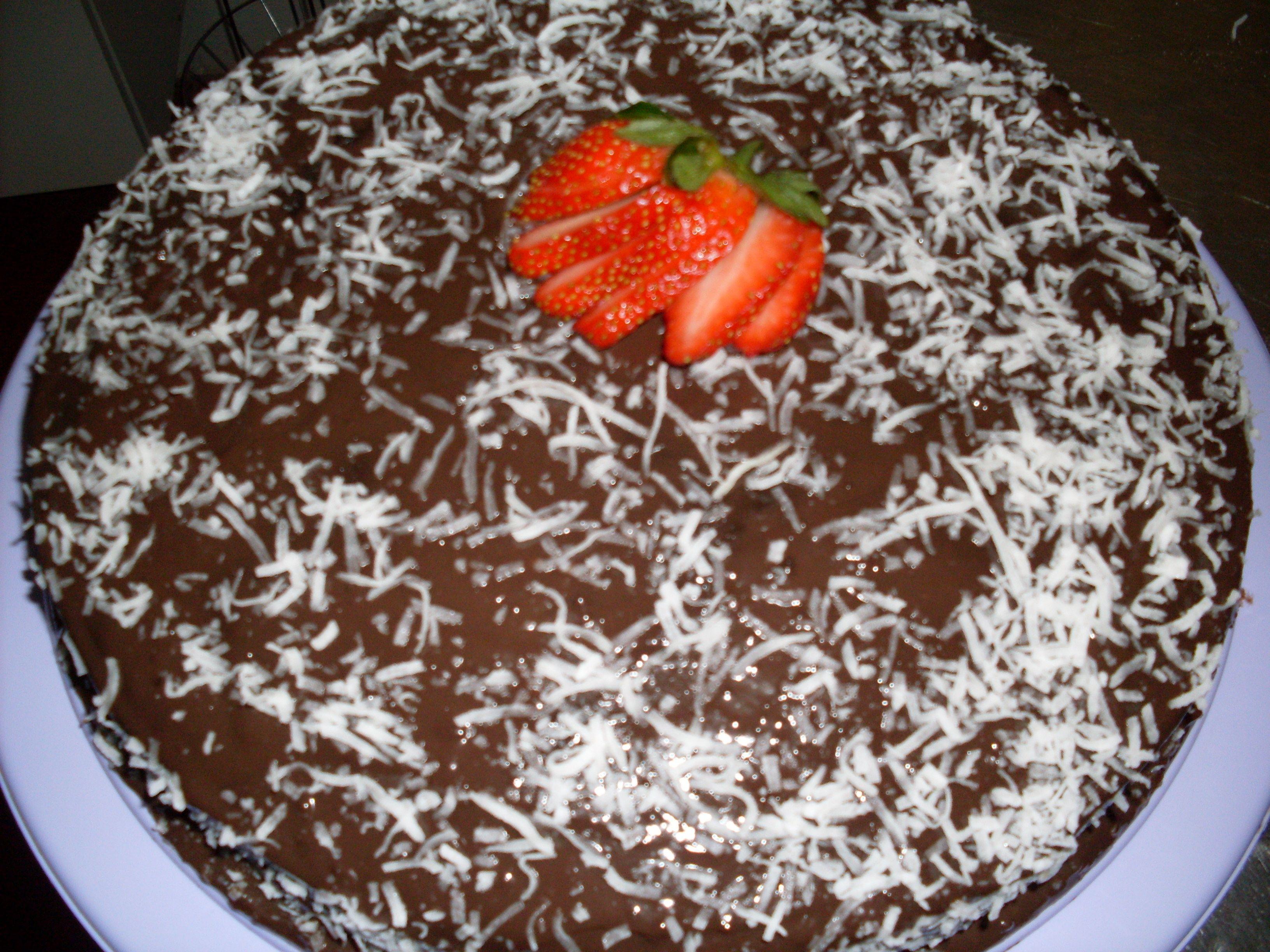 Bolo de Chocolate, com Creme de Coco e Pedaços de Morangos