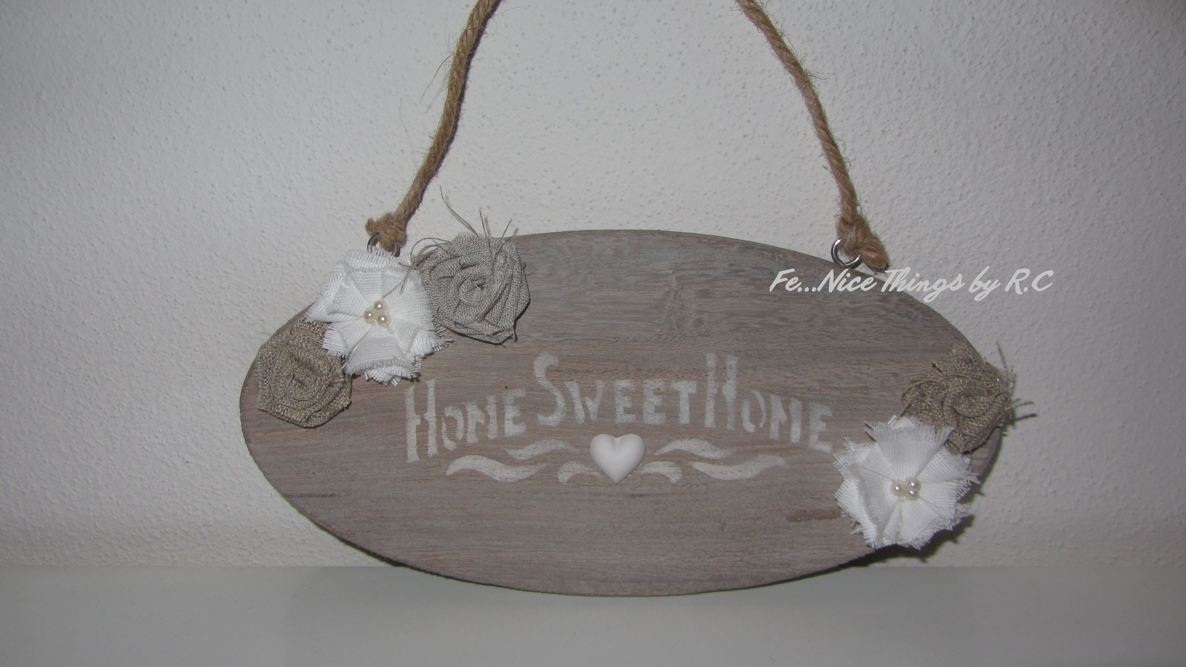 Targhetta shabby chic di legno invecchiato, con stencil e fiori di stoffa homemade