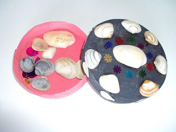 bo te de camembert peinte et des coquillages coll s bo tes de fromage lait oeufs mouchoir. Black Bedroom Furniture Sets. Home Design Ideas