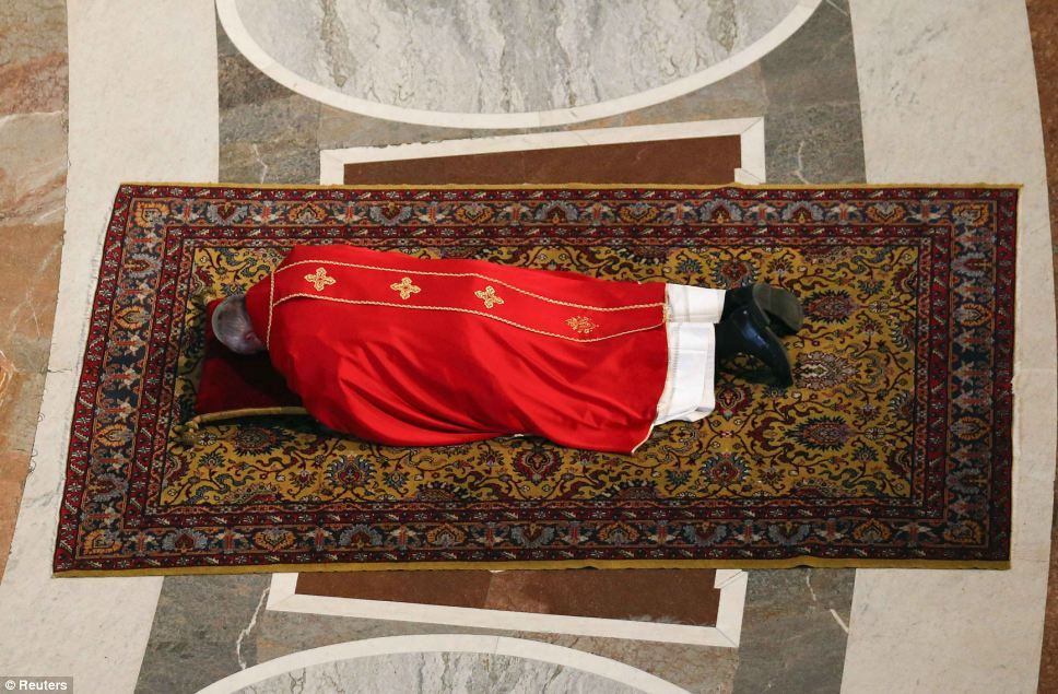 Pope Francis Lies Prostrate As He Prays During Good Friday Service Pope Francis Pope Catholic Popes