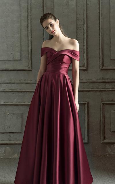 Elegantes Ballkleid aus Satin mit Carmenausschnitt. Es ist ...