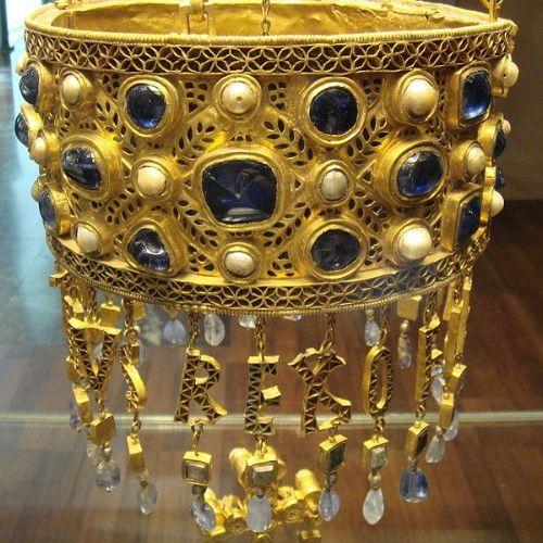 EPOCHca. 670 MEDIAGold , sapphires, pearls, precious stones SIZE20 cm diameter LOCATIONSpain - Madrid - Museo Arqueologico NOTESVisigothic polychrome crown of Recceswinth (649 - 672), King of Toledo. Found in a votive crown hoard at Fuente de Guarrazar, near Toledo. Typical of Visigothic taste.