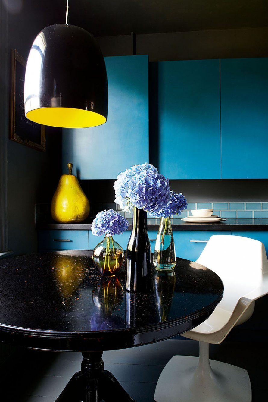 Une partie de la cuisine sombre, aux touches de pep - Marie Claire Maison