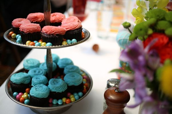 Mini chocolate cupcakes with pink and blue icing. #HuggiesBabyShower