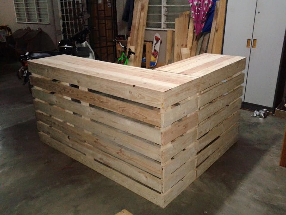 Pallet desk counter or reception desk pallet furniture for Homemade pallet furniture