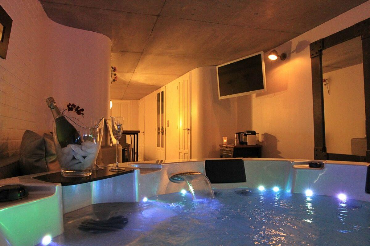 Week End Romantique 12 Chambres Avec Jacuzzi Prive Meuble Salle De Bain Une Vasque Jacuzzi Hotel Avec Jacuzzi Privatif