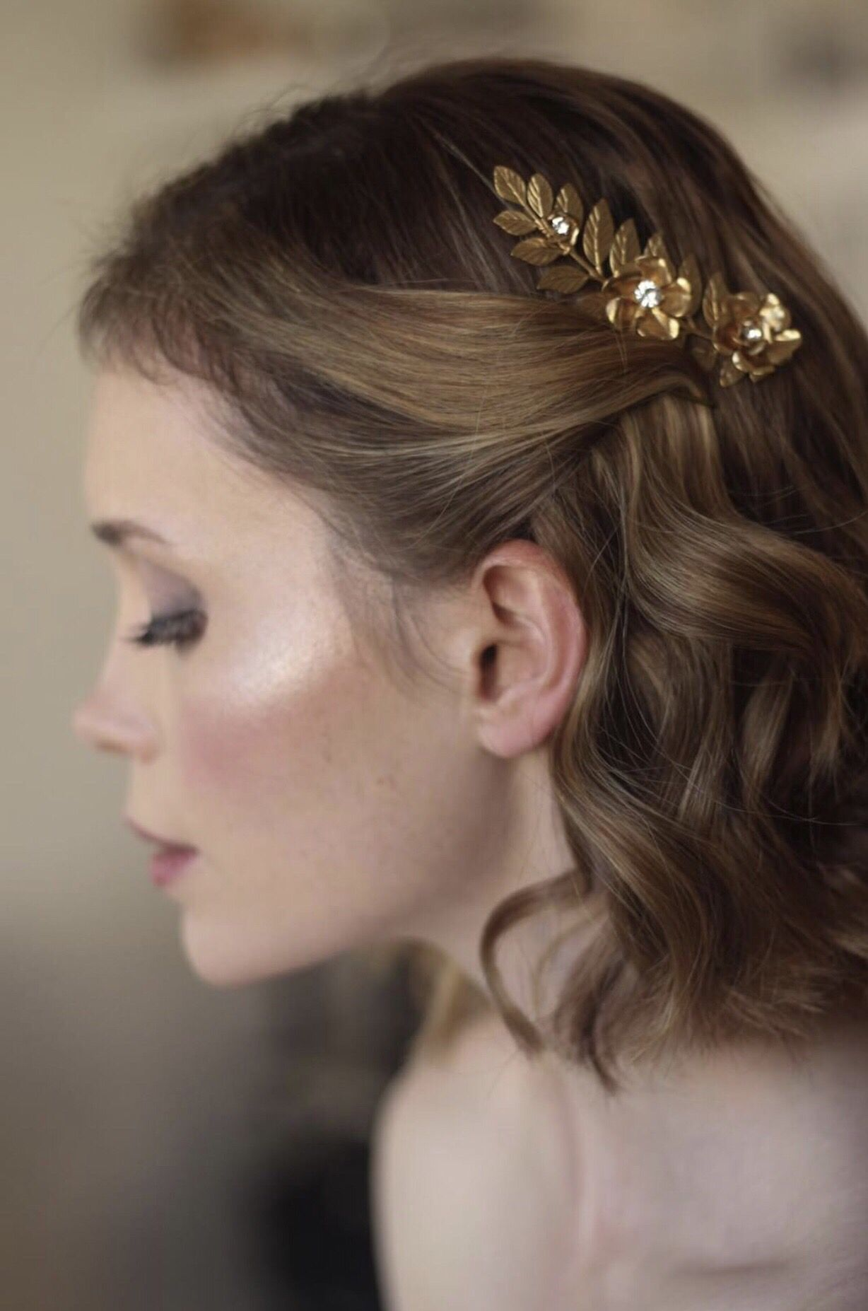 gold leaf hair comb styled in short wavy bob | prom 2019 in