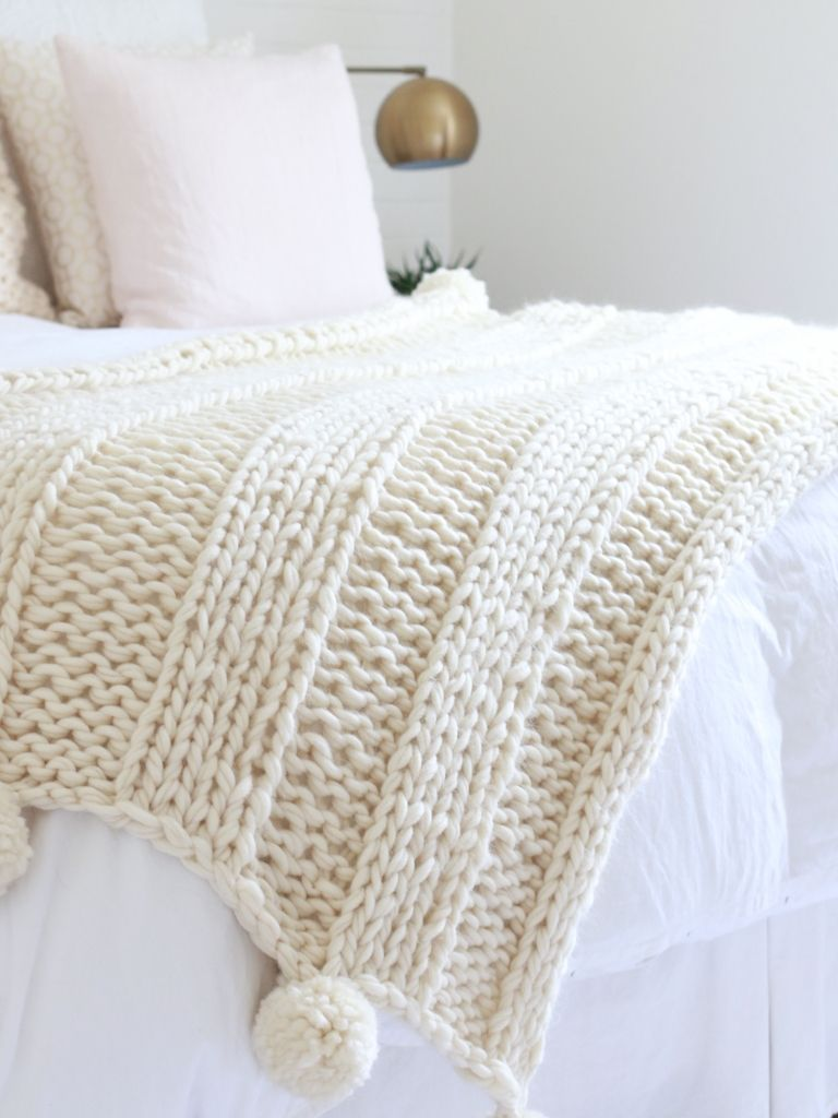 FREE chunky knit blanket pattern. Knit a blanket in a weekend! Easy ...