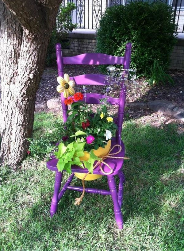 Idei De Decoruri Pentru Gradina Realizate Din Scaune Vechi Si Flori Colorate Puteti Schimba Oricand Amenajarile Din G Garden Chairs Garden Decor Sloped Garden