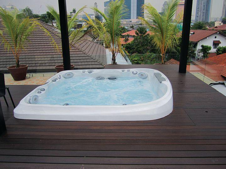 Un spa de notre gamme J-400™, encastré dans une terrasse en bois