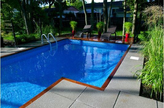 Amenagement paysager contemporain piscine creusee avec terrasse en