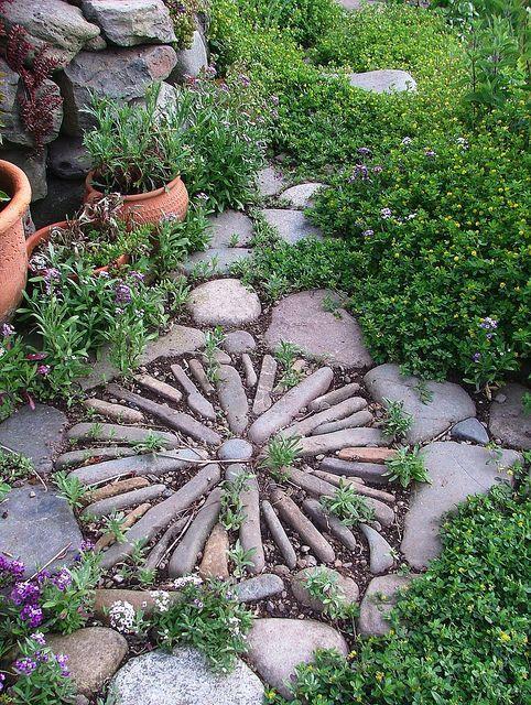Jardin mosaico de piedras cdf guayabos pinterest for Mosaicos para jardin