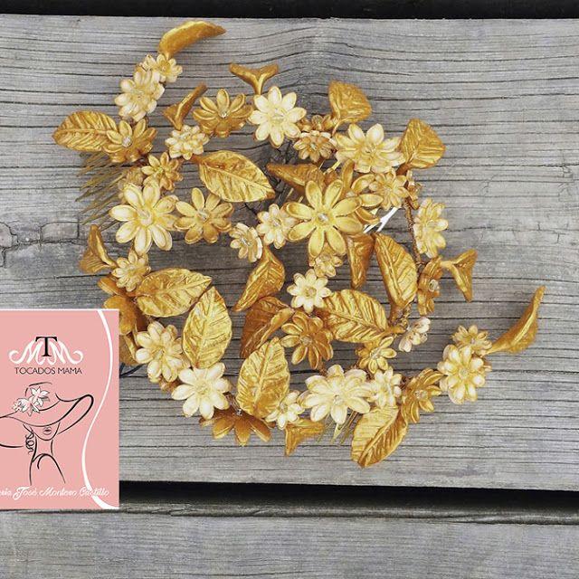 Como disfruto trabajando con porcelana, realizando tocados, cinturones... convirtiendo la pasta en una flor hermosa, en una hoja con sus pliegues, sus detalles, y cuando toca transformarla con los pinceles es lo más de lo más ¿ Os gusta ?  Tocado Joya de porcelana y cristales checos tonos dorados.   Tiene varias posiciones, con la melena suelta y sobre moño, queda espectacular.   De venta en la web y ahora en REBAJAS con un 20 % de dto.
