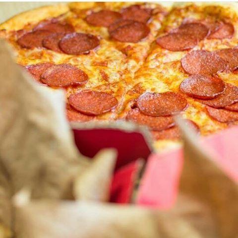 WEBSTA @ dominospizza_es - Rodéate de 🍕, y deja de lado la negatividad 😉.#juernes #pizza #motivation #pizzagram #pizzaquotes #dominos #dominostime #dominospizza