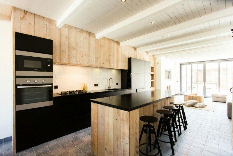 G modernere houten keuken, witte houten plafond en donkere vloer ...