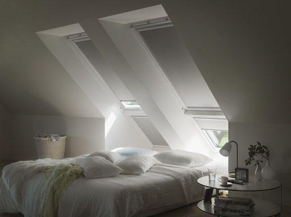 schlafzimmer mit verdunkelungs rollos sonnenschutz rolll den dachfenster fenster und. Black Bedroom Furniture Sets. Home Design Ideas