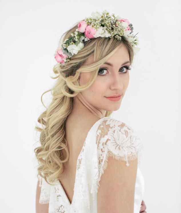 coiffure avec couronne de fleurs coiffure de mariée