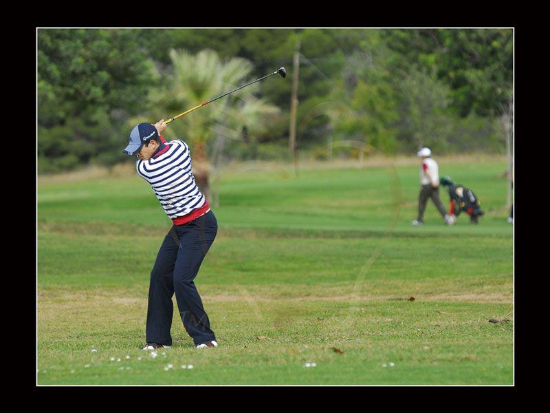 Fotografía de José María Manzanares jugando el golf